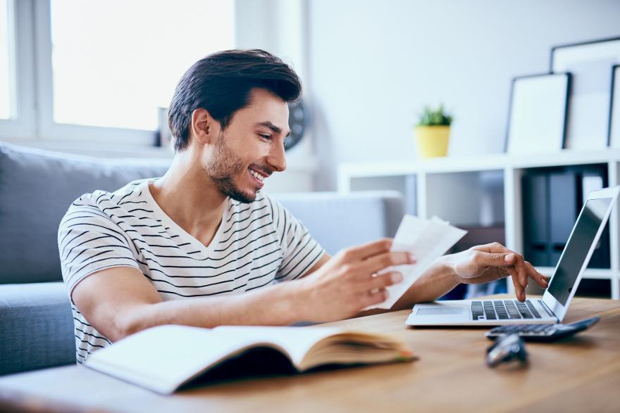 en ung man utnyttjar sitt kreditlån