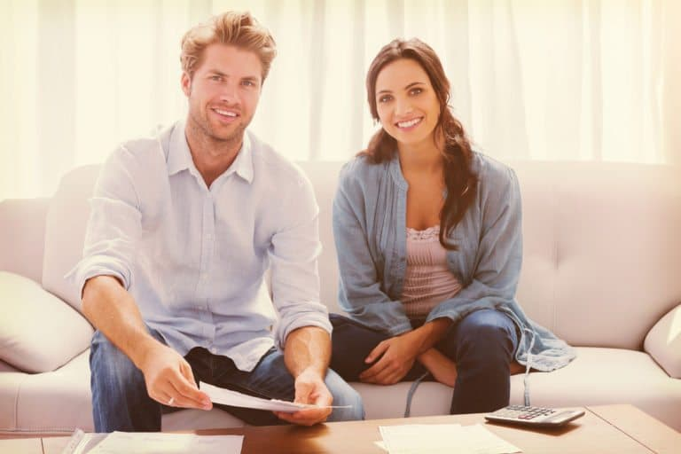 Glatt par sitter i soffan
