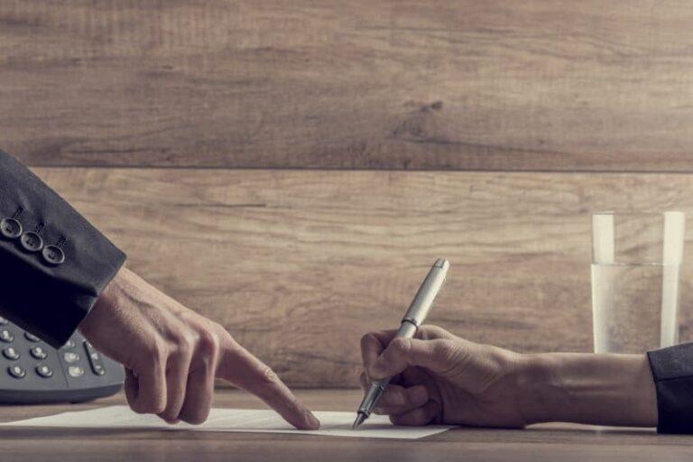 Personer skriver över lån
