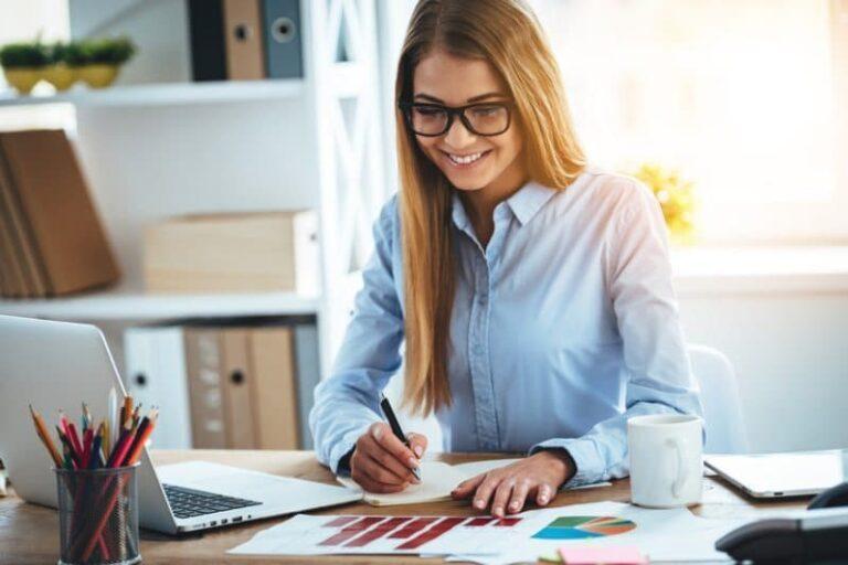 Kvinna glad över att amortera sina lån