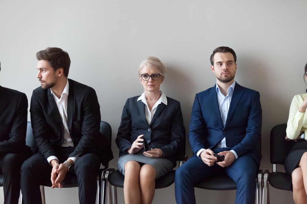kvinna sitter mellan två män