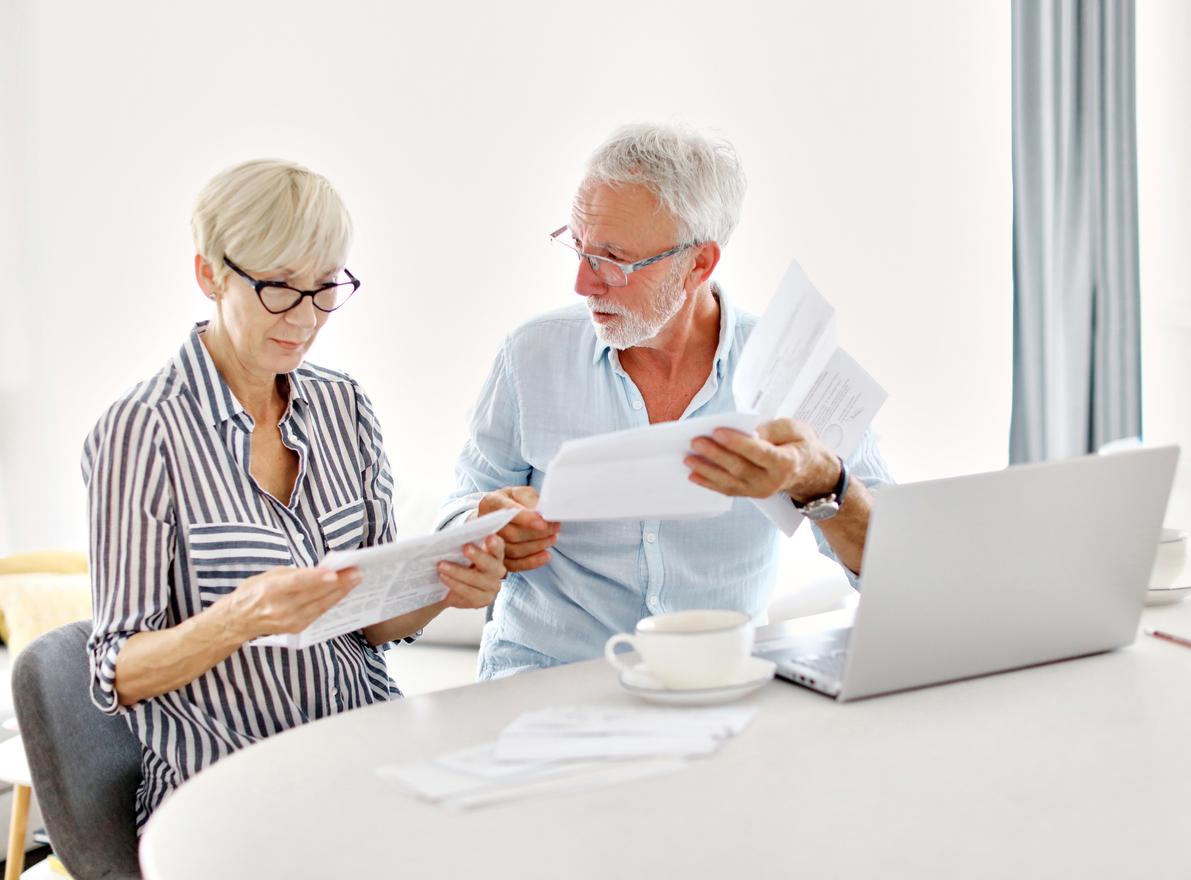Ett äldre par tar hand om sina fakturor