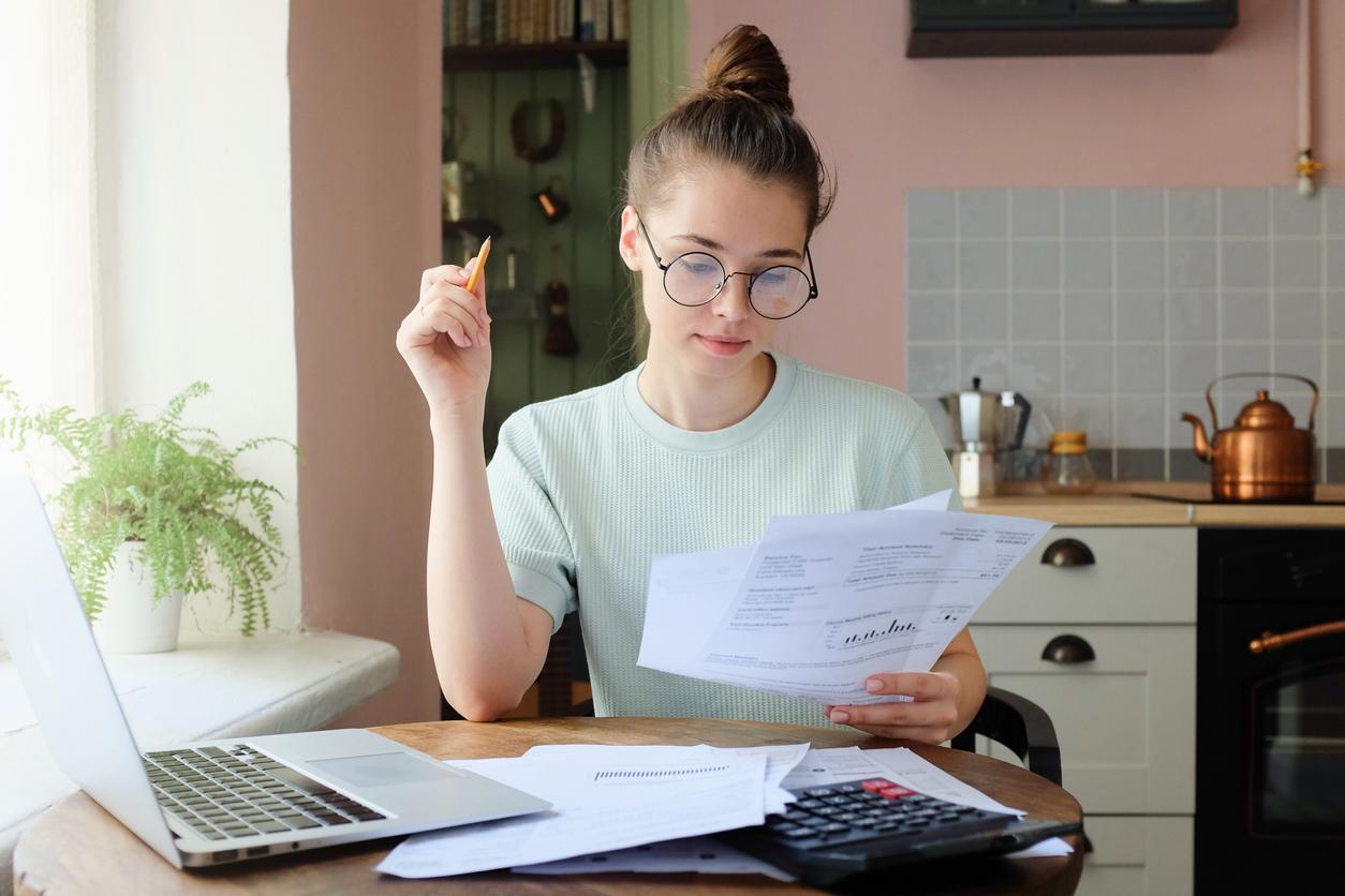 Ung kvinna kollar på olika finansieringsalternativ